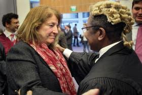 La diplomática argentina Susana Ruiz Cerutti y el representante ghanés Ebenezer Appreku, tras el fallo