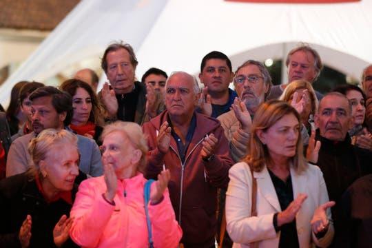 Manifestación en Pinamar, en la rotonda de Avenida Bunge y Libertador. Participan el ex diputado nacional Gil Lavedra y el radical Luis Brandoni. Foto: LA NACION / Fabián Marelli