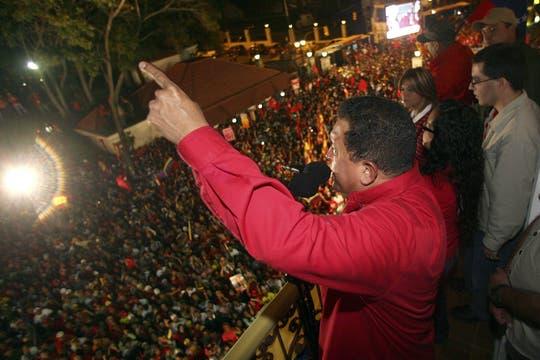 En 2009 ganó el referéndum para modificar la Constitución y festejó en el balcón del Palacio Presidencial. Foto: Archivo