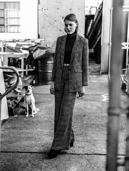 Polera de morley ($ 945, AY Not Dead), traje de lana ($ 3550 y $ 2300, Clara). Foto: Pablo Franco