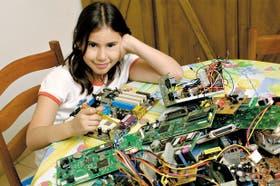 Sofía Terré (8) disfruta armar y desarmar artefactos electrónicos: computadoras, televisores y consolas de videojuegos