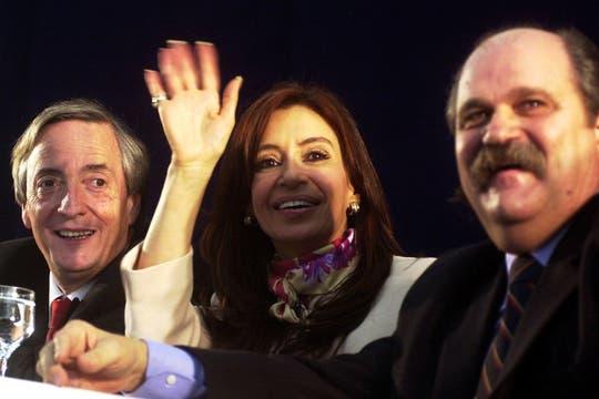 julio de 2005. El entonces presidente Néstor Kirchner junto a su esposa, Cristina, en una visita a Ezeiza. Foto: Archivo
