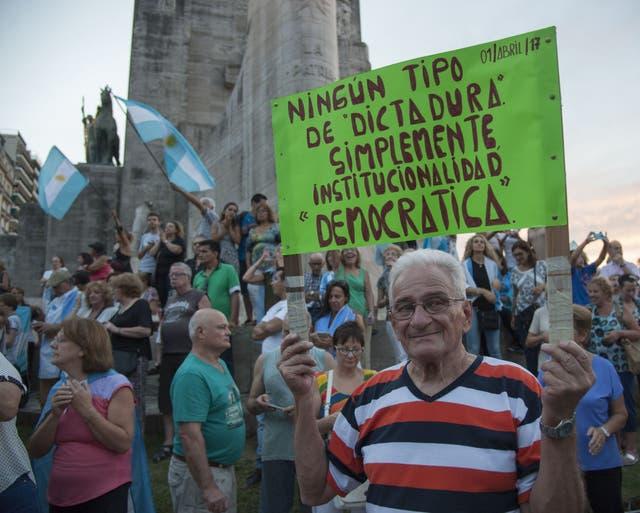 Rosario. En el monumento a la Bandera, por la democracia