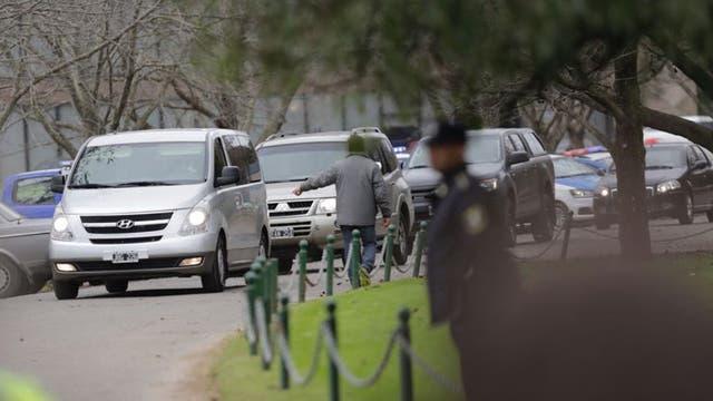 Una caravana de autos llega al Memorial para despedir al padre de Máxima Zorreguieta