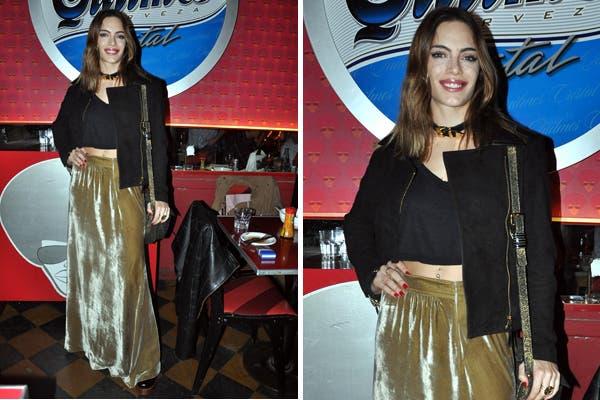 Emilia Attias con blazer y top negro, falda de terciopelo color champagne y bandolera al hombro ¿Qué pensas de su look?. Foto: Foto: Virtual Press