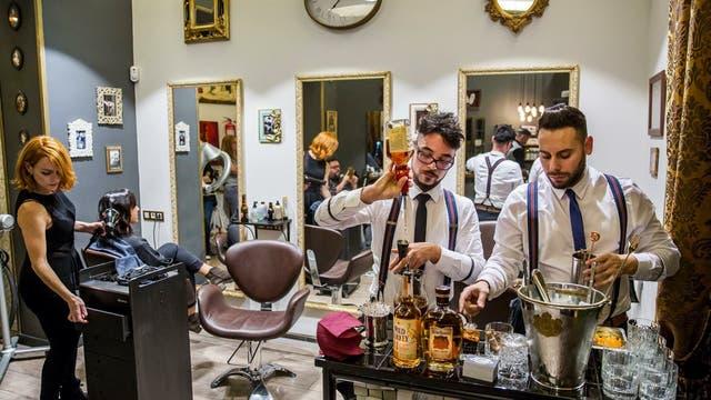 Los salones de belleza incluyen otros servicios para tentar a los clientes