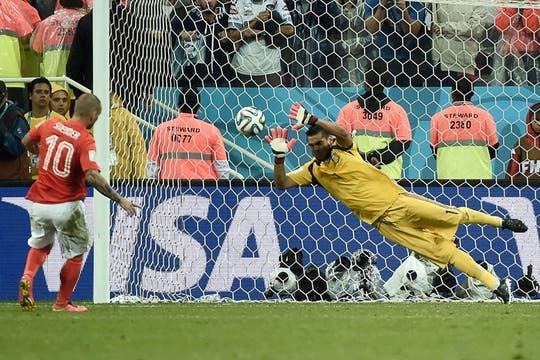 Romero ataja dos penales y se convierte en héroe. Foto: AFP