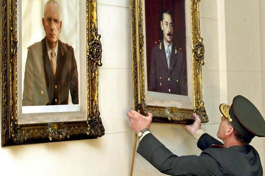 El 24 de marzo de 2004 Néstor Kirchner le ordenó a Bendini que baje los cuadros de Videla y Bignone que estaban colcados en el Colegio Militar. Foto: Archivo