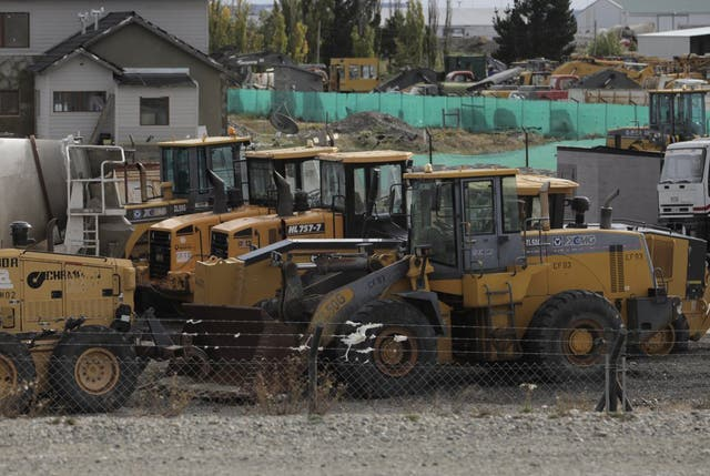 Un total de 43 retroexcavadoras y 236 camiones están arrumbados en el playón de la empresa