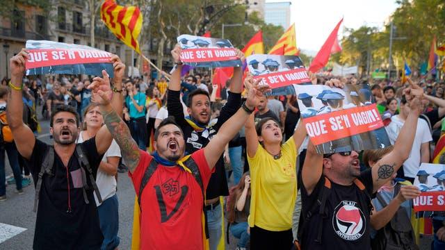 Manifestantes gritan en un helicóptero durante la manifestación convocada por la Confederación General de Trabajadores