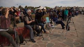 Turistas y fotógrafos se dieron cita en Camarones para disfrutar el instante cumbre del eclipse
