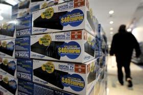 Cajas con aparatos conversores de la señal de televisión digital terrestre en un local de Nueva York, Estados Unidos