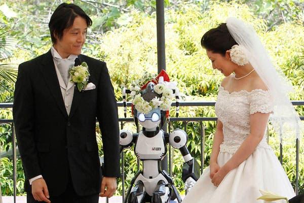 El profesor de robótica Tomohiro Shibata y la novia, Satoko Inoue, durante la ceremonia que celebró I-Fairy