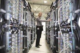 Un operario mantiene el equipo Blue Gene de IBM, otra de las supercomputadoras que Estados Unidos tiene dentro de los 10 equipos más rápidos del mundo