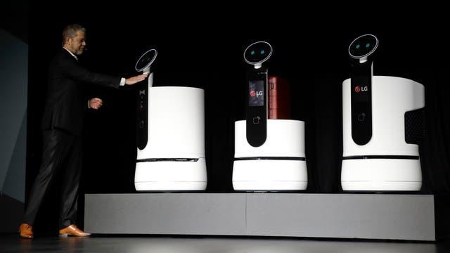 Los robots de LG, pensados para llevar valijas o servir como changuito para el supermercado