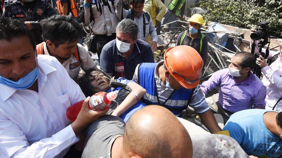 Tareas de rescate y remoción de escombros en Ciudad de México. Foto: AFP / Alfredo Estrella