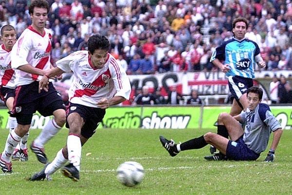En 2002, Cuevas hizo un gol parecido al de Lanzini