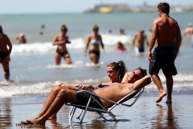 Como medida de prevención, los especialistas aconsejan tomar sol, pero con moderación