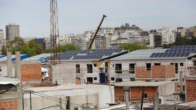 Los paneles solares colocados en los edificios nuevos se ven desde la autopista Illia