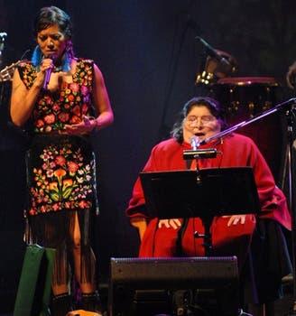 La mexicana Lila Down también se dio el gusto de cantar junto a Sosa en diciembre de 2008.. Foto: Archivo