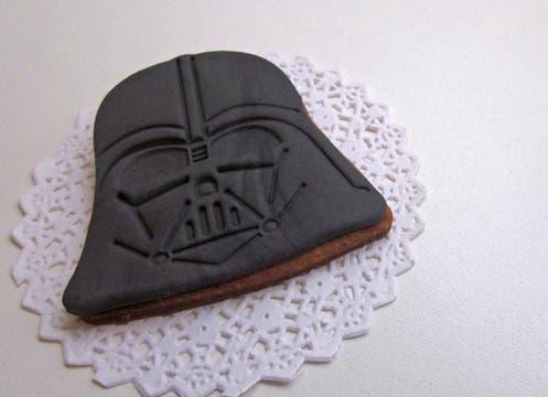 Cookies con motivos de Star Wars (hay de Darth Vader y Storm Trooper); la docena en cajita, $65 (pedir con anticipación a All you need is cupcakes: needcupcakes@gmail.com). Foto: lanacion.com