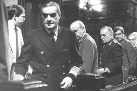 Massera, seguido por Grafigna y Viola, al ingresar en la sala de los tribunales durante el juicio a las juntas militares por violaciones de los derechos humanos