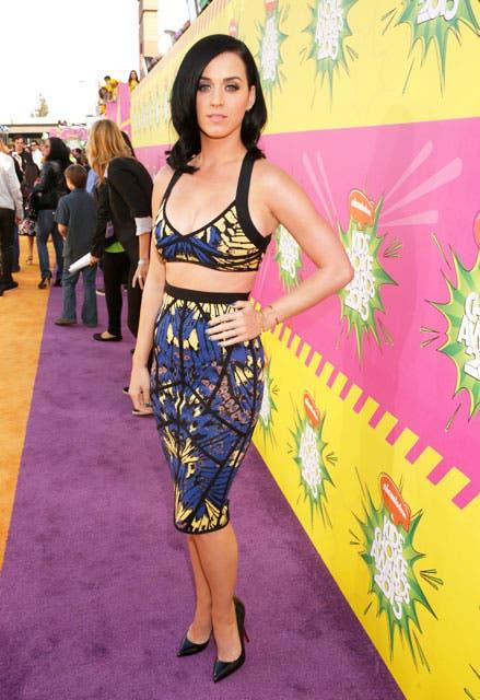 De azul y amarillo, Katy Perry se lució al pasar por la especial alfombra de los Kids'''' Choice. Foto: /AP