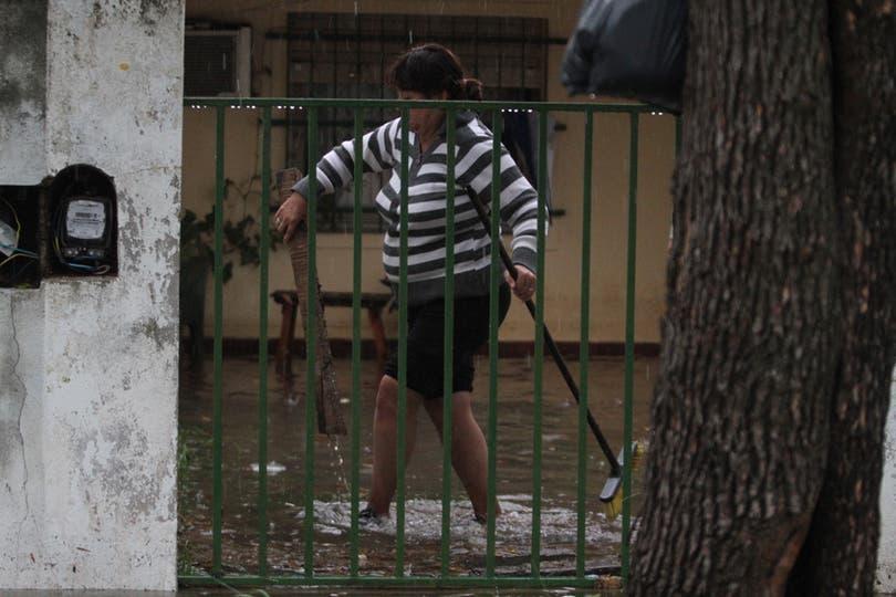 La Familia Peralta vive en barrio Chalet y empezaron el día sacando agua de adentro de su casa. Foto: LA NACION / Amancio Alem