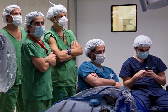 Los residentes locales y Fellows de clínicas extranjeras observan con detenimiento en pantalla LED la operación. Foto: LA NACION / Sebastián Rodeiro