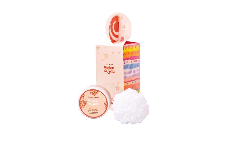 Sweet Chic TE de Ceylán y Jazmín, exfoliante corporal y pompón exfoliante ($145, Boutique Du Sens).
