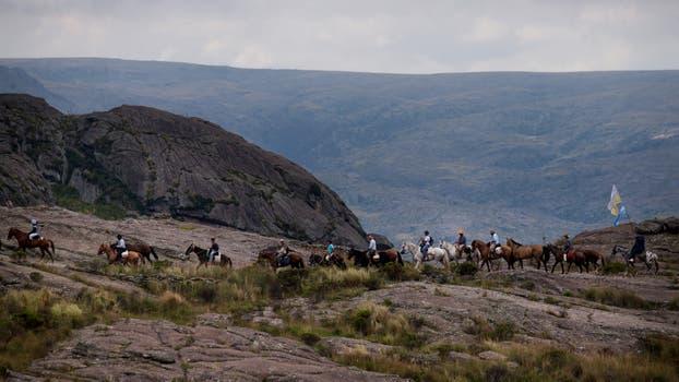 La cabalgata cruzando un tramo de sendero entre Tanti y Alto de los Gigantes con destino Villa Cura Brochero. Foto: LA NACION / Diego Lima