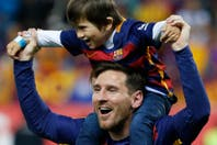 El festejo de Messi junto a su hijo Thiago, que usó una particular camiseta
