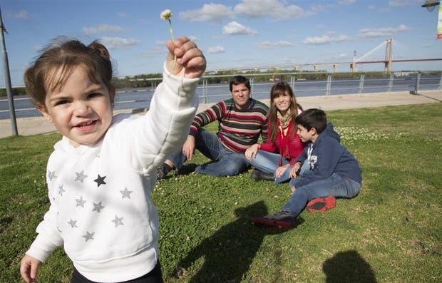Alma, junto con su hermano Santiago y sus padres Ana Narciso y Leo