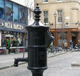 En Londres, la bomba de agua que recomendó clausurar el Dr Snow, lo que detuvo la epidemia