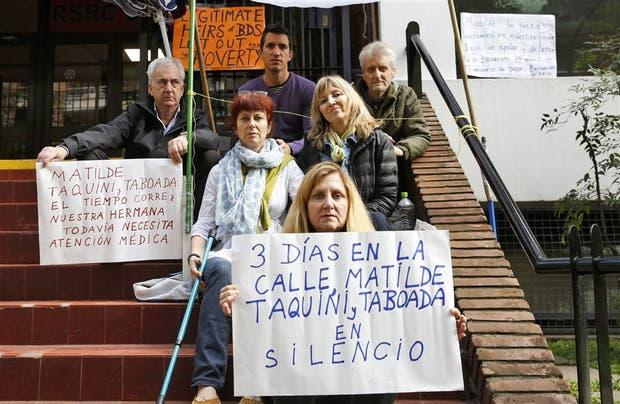 Los familiares de Bernardo Green, ex director del colegio, en medio de la protesta