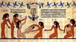 Mujer dando a luz con cinco otras mujeres ayudándola.