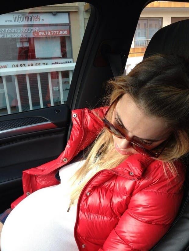 Durmiendo una siesta en el auto.