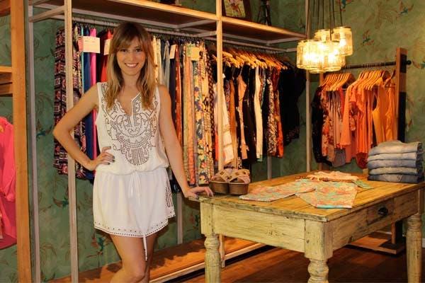 Martina Soto Pose, la notera de CQC, visitó el local de Rimmel y se probó un vestidito blanco muy chic. Foto: gentileza Carolina Cukier