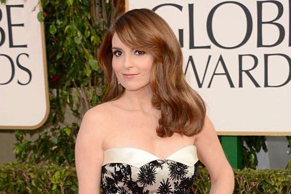 Tina Fey eligió este look para los Globos de Oro: el pelo con ondas suaves y el flequillo bien tupido, hacia un costado. Foto: Celebritieswonder.net