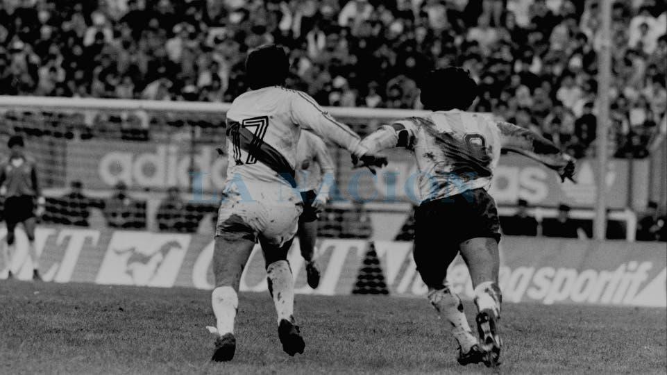 30-6-1985: icónica imagen de la batalla personal que tuvo con Luis Reyna.. Foto: LA NACION