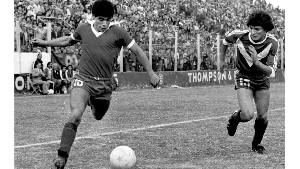 13-5-1979: en la derrota 2-1 ante Vélez, ya con el pelo corto, por el servicio militar. Foto: LA NACION