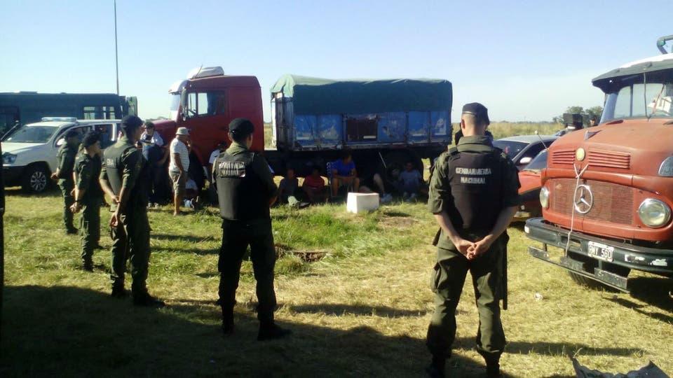 Efectivos de Gendarmería en la interseción de las rutas 50 y 5, donde detuvieron a 12 camioneros