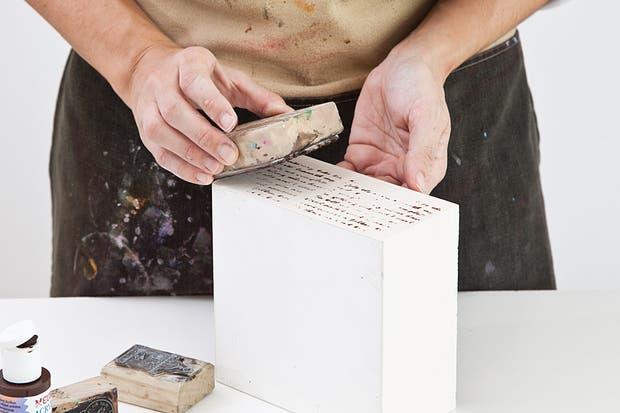 4. En los laterales de la caja, estampar el sello de escritura, previamente pincelado con sombra tostada..