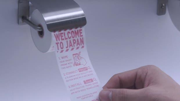 En los baños públicos japoneses ofrecen papel para limpiar el celular