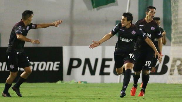Nicolás Aguirre festeja el primer gol de Lanús