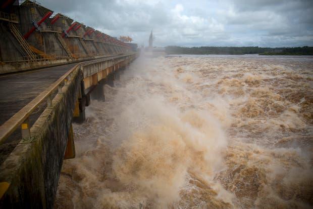 Las decisiones que se toman en la Comisión Mixta de la represa afectan a los inundados