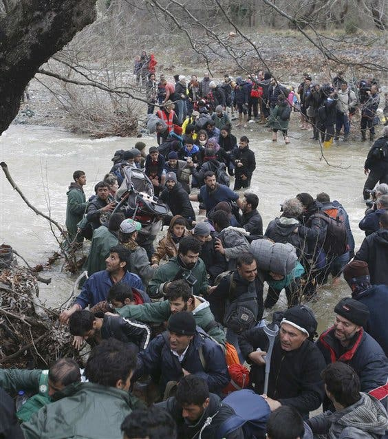 Un millar de migrantes cruzó ayer el río Suva Reka hacia Macedonia