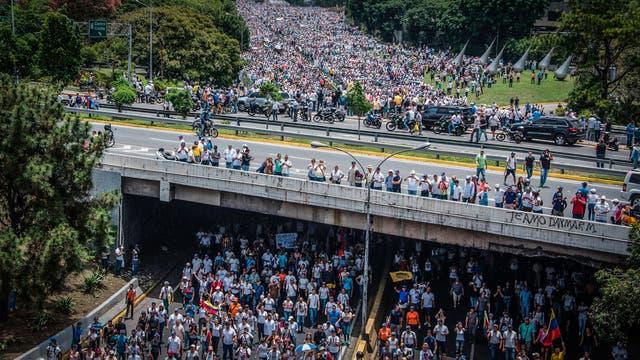 Miles de personas marchan contra el gobierno de Nicolás Maduro en Caracas. Foto: AFP / Carlos Becerra