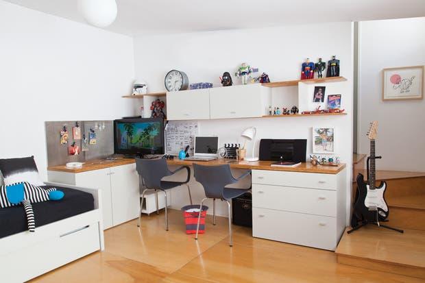 Los muebles del cuarto fueron realizados por los diseñadores industriales Hernán Argibay y Gabriel Barsotti. La consigna fue que hubiera suficiente espacio de guardado y que sirvieran para cuando Valentino fuera más grande.  /Magalí Saberian