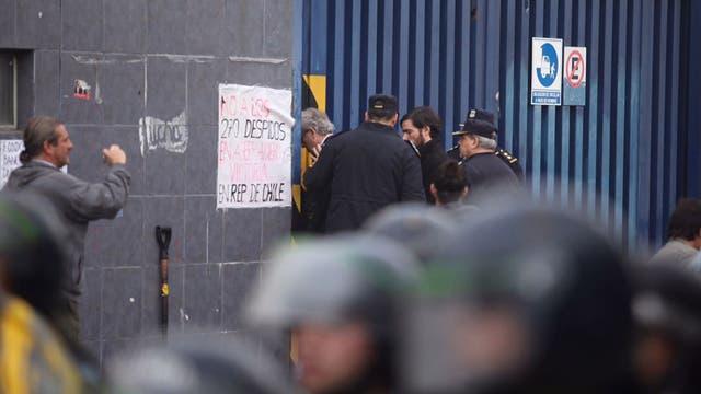 La policía rompe las cerrdauras de unos de los portones para ingresar a la fábrica